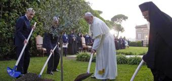 البابا يصلي مع الرئيسين بيريز وعباس في الفاتيكان على نية السلام