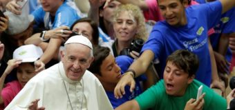 البابا فرنسيس يتحدث عن أهمية سر المعمودية ورمزيته